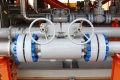 Planta de tratamiento del petróleo y gas con las válvulas Foto de archivo