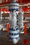 Planta de tratamiento del petróleo y gas con las válvulas Foto de archivo libre de regalías