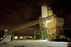 Planta del cemento en la noche Fotos de archivo