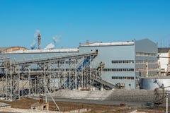Planta del edificio industrial para la producción de azúcar del azúcar Fotos de archivo