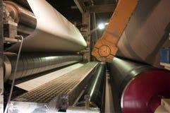 Planta del molino del papel y de pulpa - máquina de fourdrinier fotos de archivo