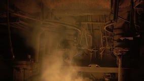 Planta do alto-forno em processo da produção vídeos de arquivo