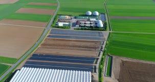 Planta do biogás, uma planta moderna em um campo verde, uma planta a favor do meio ambiente do biogás, planta pequena na opinião  vídeos de arquivo