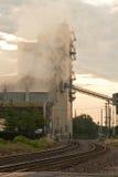 Planta e trilhos de carvão fotos de stock royalty free