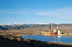 Planta eléctrica por un lago en Colorado fotos de archivo