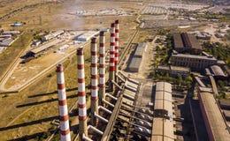 Planta elétrica do poder aéreo com as tubulações industriais altas em um dia de verão f fotografia de stock royalty free