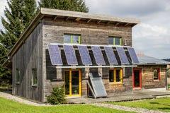 Planta fotovoltaica del panel solar en una casa Imagen de archivo libre de regalías