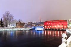 A planta hidroelétrico de Tammerkoski ilumina-se acima Fotografia de Stock Royalty Free