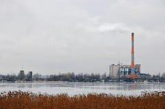 Planta inútil del incinerador con la chimenea que fuma El problema de la contaminación ambiental por las fábricas Imagen de archivo libre de regalías