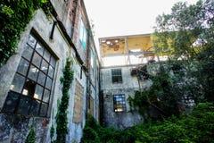 Planta industrial arruinada velha abandonada Imagens de Stock