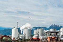 Planta industrial com atrás dos cumes italianos Fotografia de Stock Royalty Free