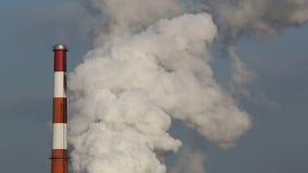 Planta industrial con humo metrajes