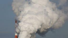Planta industrial con humo almacen de metraje de vídeo