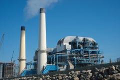 Planta industrial con las chimeneas que fuman Imagen de archivo