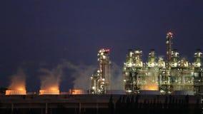 Planta industrial da refinaria de petróleo com céu filme
