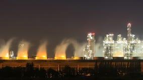 Planta industrial da refinaria de petróleo com o céu na noite, Tailândia filme