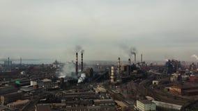 Planta industrial de avaliação aérea com tubulações de fumo filme