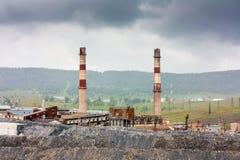 Planta industrial de la magnesita del paisaje en un día nublado Fotos de archivo libres de regalías