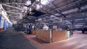 Planta industrial dentro almacen de metraje de vídeo