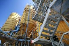 Planta industrial dos silos amarelos foto de stock royalty free