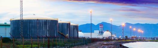 Planta industrial en el mar de la costa Fotografía de archivo libre de regalías