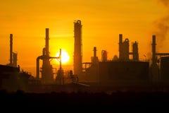 Planta industrial en puesta del sol Fotografía de archivo libre de regalías