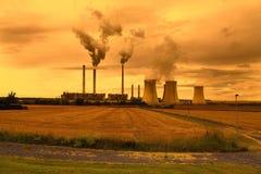 Planta industrial petroquímica, República Checa, cielo de la puesta del sol Imagen de archivo