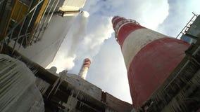 Planta industrial y chimeneas que fuman metrajes
