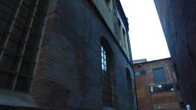 Planta metalúrgica abandonada velha - rua estreita vídeos de arquivo