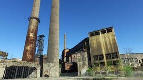 Planta metalúrgica abandonada vieja - instalación de coquefacción, chimeneas, torre de la mina de carbón almacen de video