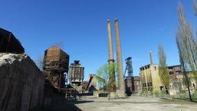 Planta metalúrgica abandonada vieja - instalación de coquefacción, chimeneas, torre de la mina de carbón almacen de metraje de vídeo