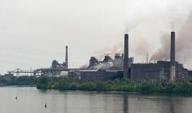 Planta metalúrgica que contamina la atmósfera Imágenes de archivo libres de regalías