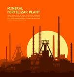 Planta mineral de los fertilizantes en la puesta del sol Imagen de archivo