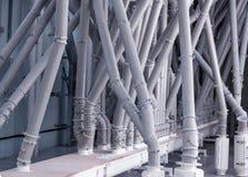Planta moderna para a produção de cereais e de farinha, o encanamento através de que farinha do alimento e cereais é alimentado foto de stock