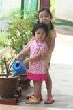 Planta molhando das meninas Foto de Stock Royalty Free