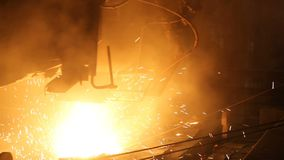 Planta para la producci?n de acero Un horno fusorio eléctrico El obrero recoge una muestra para el metal metrajes