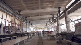 Planta para la producci?n de productos concretos Fabricaci?n de estructuras concretas Los trabajadores preparan la máquina para e metrajes