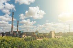Planta para a produção de borracha sintética, planta ou fábrica com conceito das tubulações fotografia de stock
