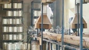 Planta para produzir as hastes de fibra de vidro - fabricação de reforço composto - fibra de vidro nos carretéis video estoque