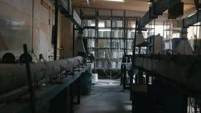 Planta para produzir as hastes de fibra de vidro - fabricação de reforço composto - fibra de vidro nos carretéis vídeos de arquivo