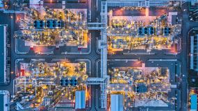 Planta petroquímica en la noche, planta de la visión aérea de la refinería de petróleo en Fotografía de archivo libre de regalías