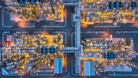 Planta petroquímica en la noche, planta de la visión aérea de la refinería de petróleo en Fotos de archivo libres de regalías