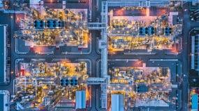 Planta petroquímica en la noche, planta de la visión aérea de la refinería de petróleo en Fotografía de archivo