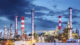 Planta petroquímica en la noche, petróleo y gas industrial Imagen de archivo libre de regalías