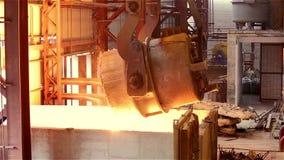 Planta siderúrgica Crane Pouring Tank con el metal líquido chispas almacen de video