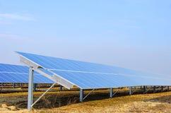 Planta solar no campo imagens de stock