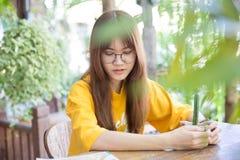 Planta verde de la tenencia adolescente asiática linda hermosa del retrato Imagenes de archivo