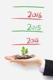 Planta verde que brota del dinero Fotografía de archivo libre de regalías