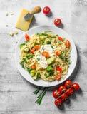 Plantaardig deeg met broccoli, tomaten, slabonen en Parmezaanse kaas royalty-vrije stock afbeeldingen