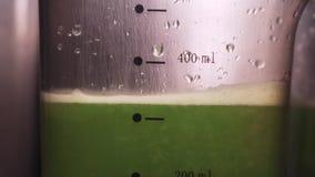 Plantaardig Juice Raw Food Het voorbereiden van Vers Selderiesap in Pers die Pulp halen Anti-oxyderend Veganistinstallatie Gebase stock video